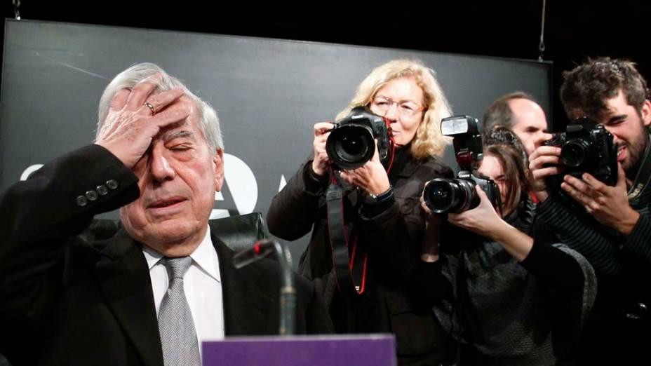 O escritor Mario Vargas Llosa, ganhador do Prêmio Nobel de Literatura, chega à entrevista coletiva em que apresentou seu novo romance, O Sonho do Celta, em Madri