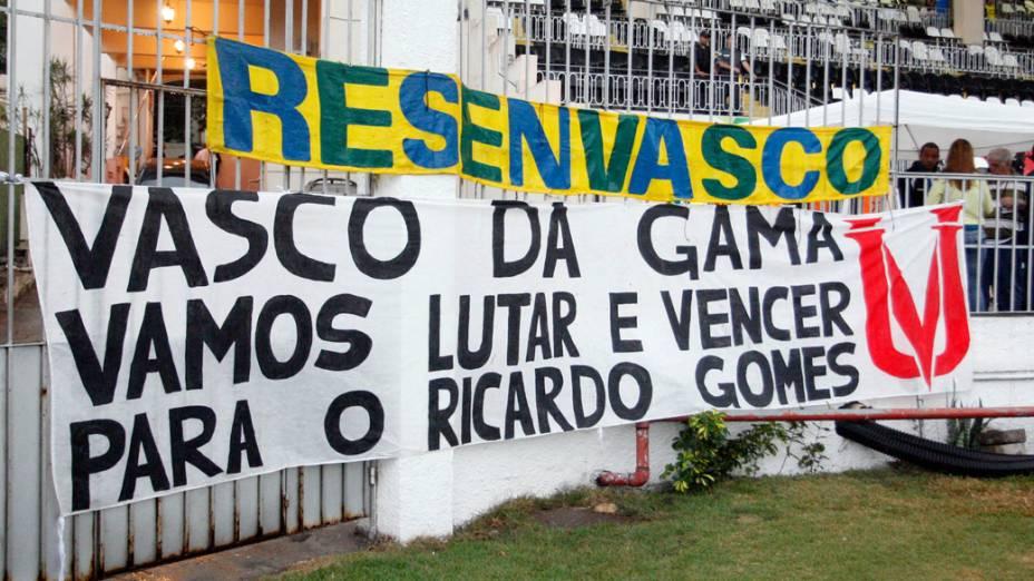 Torcedores do Vasco colocam faixa em apoio ao técnico Ricardo Gomes, durante partida contra o Ceará, pelo Campeonato Brasileiro - 31/08/2011
