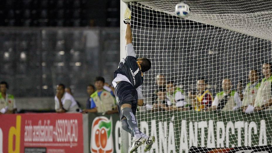 Gol do Juninho Pernambucano, do Vasco, em partida contra o Coritiba, pelo Campeonato Brasileiro - 08/09/2011