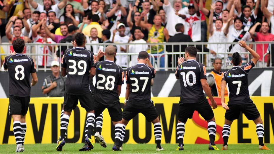 Jogadores do Vasco comemoram gol contra o Corinthians, em partida pelo Campeonato Brasileiro - 02/10/2011<br>