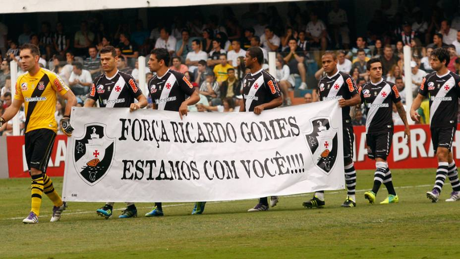 Jogadores do Vasco homenageiam o técnico Ricardo Gomes, em recuperação de um AVC, antes da partida contra o Santos - 06/11/2011