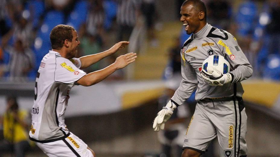 Jefferson, do Vasco, comemora pênalti defendido, durante partida contra o Botafogo - 13/11/2011