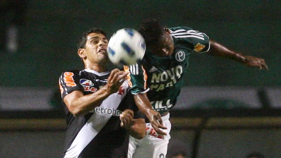 Jogadores do Palmeiras e Vasco disputam bola, em partida pelo Campeonato Brasileiro - 16/11/2011