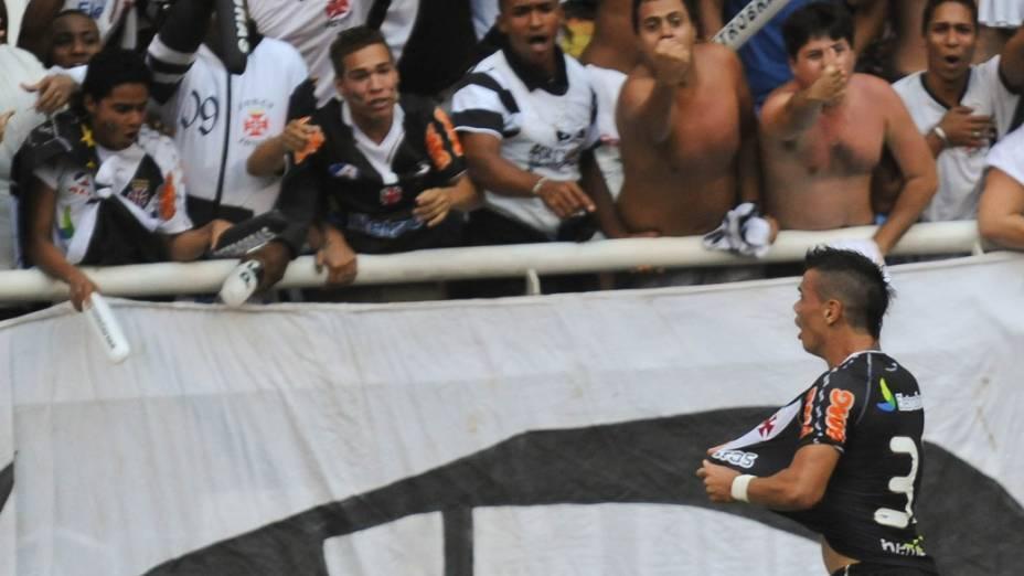 Bernardo, do Vasco, comemora gol contra o Fluminense, em partida pelo Campeonato Brasileiro - 27/11/2011