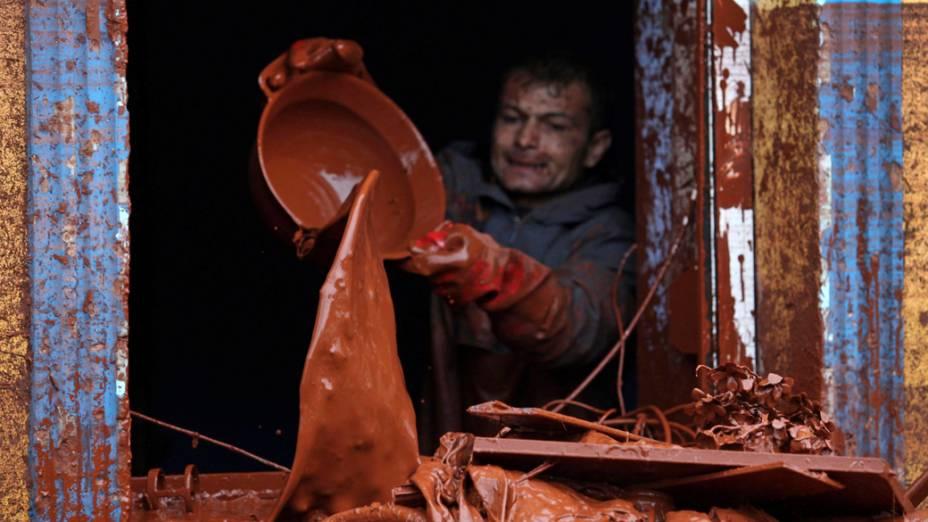 Homem retira lama de sua casa, em Devecser, Hungria. O vazamento de lama tóxica de uma empresa de alumínio inundou 40 quilômetros da região sudoeste do país, matando quatro pessoas e desabrigando centenas de famílias
