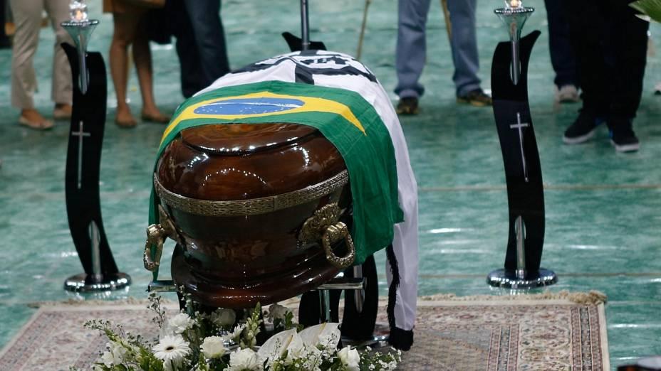 Caixão com o corpo de Chorão é coberto com bandeiras do Brasil e do Santos, time do cantor