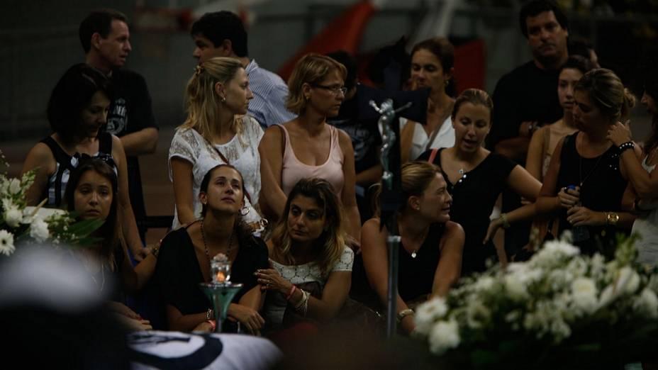 Velório do cantor Chorão em Santos é marcado por muita emoção