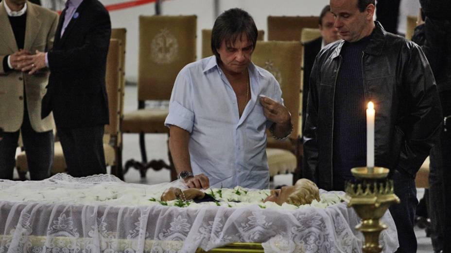 O cantor Roberto Carlos comparece ao velorio da apresentadora Hebe Camargo