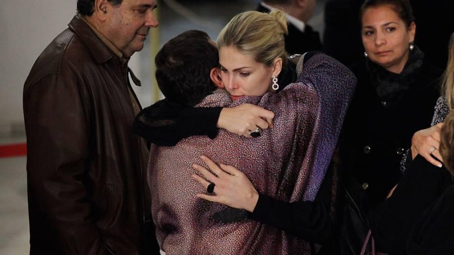 A modelo Ana Hickmann abraça o filho de Hebe Camargo, Marcelo, durante velorio da apresentadora, que faleceu após sofrer uma parada cardiorespiratoria durante este sabado, no Palacio dos Bandeirantes
