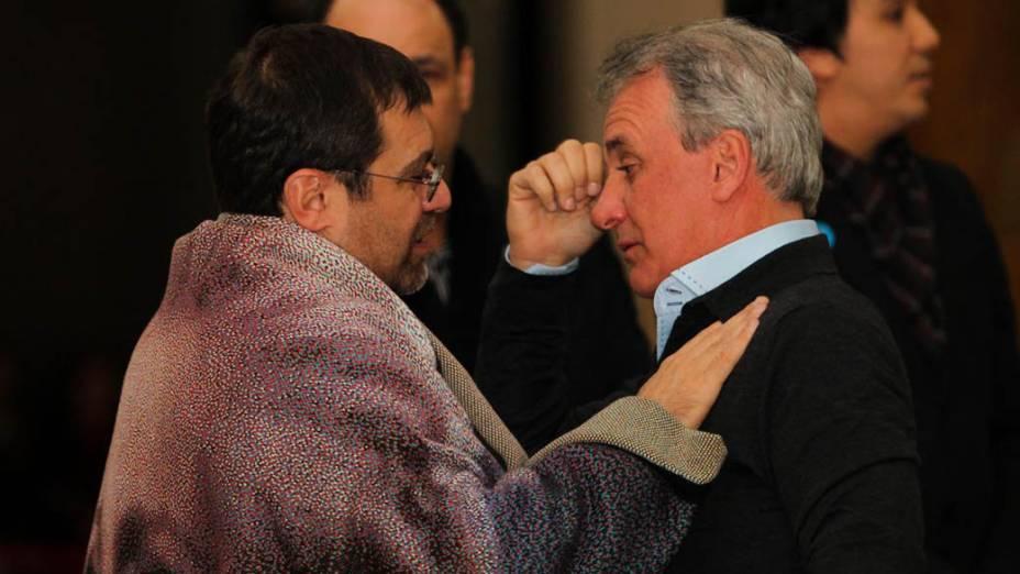 Apresentador Otávio Mesquita abraça o filho de Hebe Camargo, Marcelo, durante velorio da apresentadora, que faleceu após sofrer uma parada cardiorespiratoria durante este sabado, no Palacio dos Bandeirantes