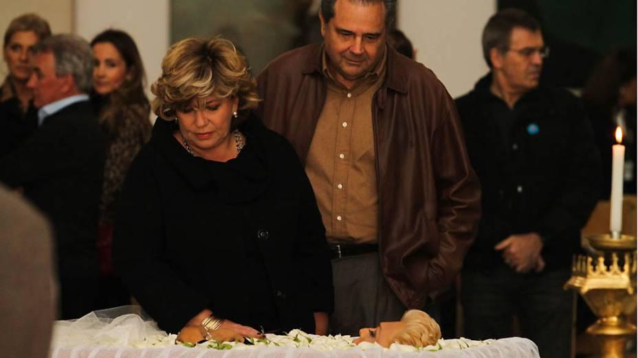 Apresentadora Silvia Poppovic presta sua homenagem à Hebe Camargo