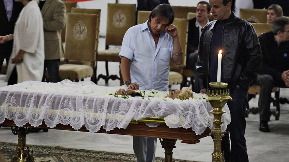 Roberto Carlos se emociona durante o velorio da apresentadora Hebe Camargo no Palácio dos Bandeirantes em São Paulo