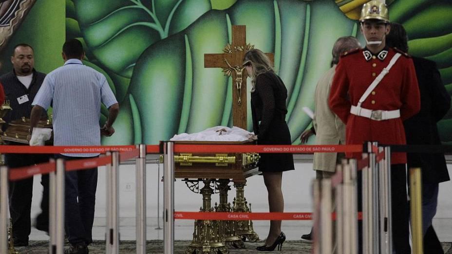 Corpo da apresentadora Hebe Camargo é velado no Palácio dos Bandeirantes, na noite deste sábado. Hebe, uma das pioneiras da televisão brasileira, morreu aos 83 anos