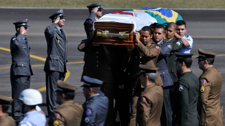 O corpo do ex-presidente Itamar Franco chega no aeroporto de Juiz de Fora, Minas Gerais