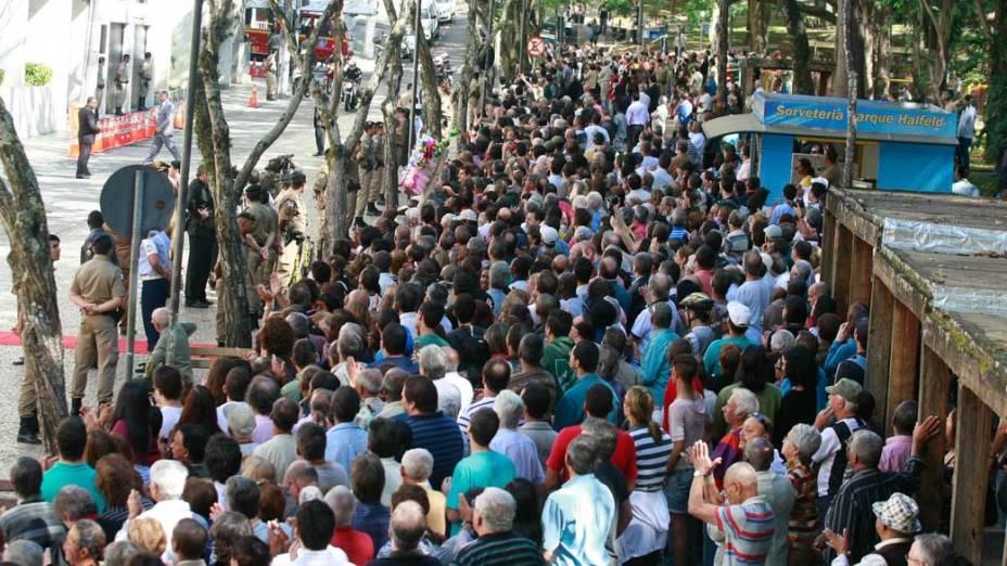 Populares acompanham a chegada do corpo do ex- presidente Itamar Franco na Câmara Municipal de Juiz de Fora, em Minas Gerais
