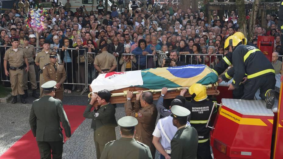 O corpo do ex- presidente Itamar Franco chega para ser velado na Câmara Municipal de Juiz de Fora, Minas Gerais
