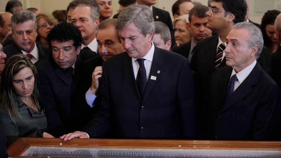 O senador Fernando Collor e o vice presidente Michel Temer durante velório do senador Itamar Franco