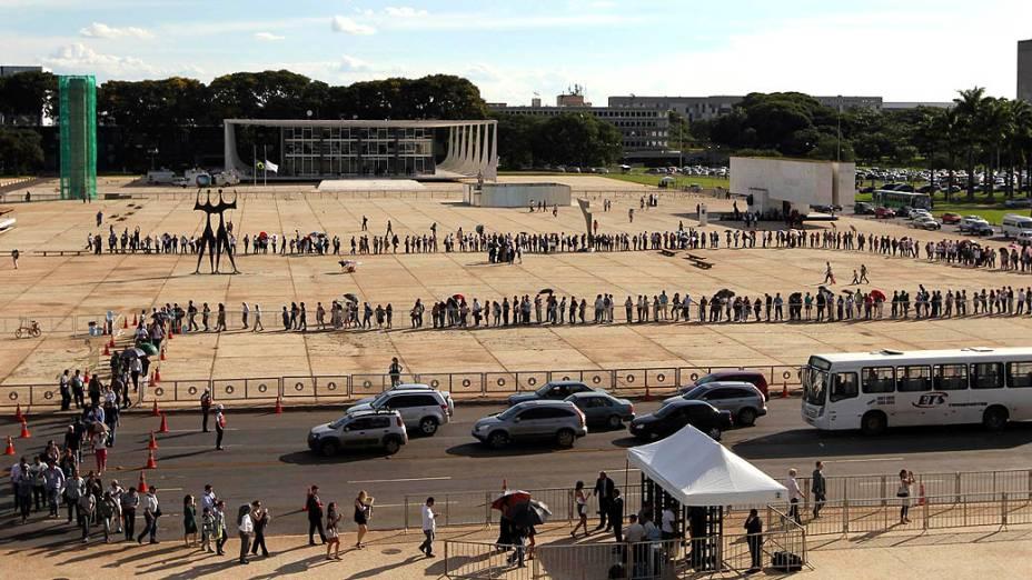 Pessoas formam fila para participar do velório do arquiteto Oscar Niemeyer no Palácio do Planalto, Brasília