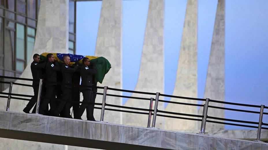 Corpo de Oscar Niemeyer sendo transportado do Palacio do Planalto em Brasilia, para o Cemitério São João da Boa Vista no Rio de Janeiro
