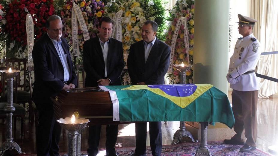 Velório no Rio: o prefeito Eduardo Paes, entre o governador Sérgio Cabral e o vice Luiz Fernando Pezão