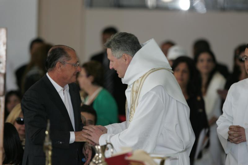 O governador Geraldo Alckmin e o Padre Marcelo Rossi no velório da apresentadora Hebe Camargo no Palácio dos Bandeirantes. Hebe, uma das pioneiras da televisão brasileira, morreu aos 83 anos de parada cardíaca, em sua casa, no bairro do Morumbi.