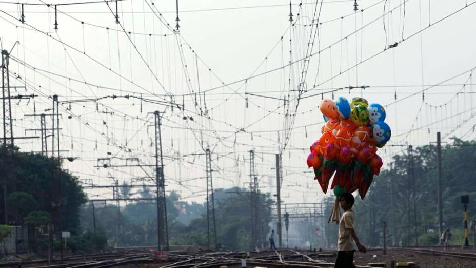 Vendedor de balões na cidade de Jakarta, na Indonésia