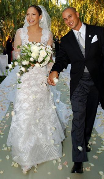 Jennifer Lopez com vestido da grife Valentino para  o casamento com o coreógrafo Chris Judd, em 2001