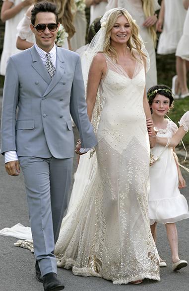 Kate Moss com seu vestido simplista e de ar romântico do estilista John Galliano, criado para o casamento da modelo com o músico Jamie Hince, em 2011