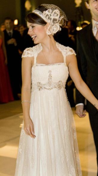 O vestido de noiva de Sandy, assinado por Emanuele Junqueira para a cerimônia realizada em 2008