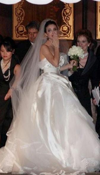 O vestido de noiva de Sthefany Brito, da marca Dolce & Gabbana, usado para o casamento da atriz com o jogador de futebol Alexandre Pato, em 2009