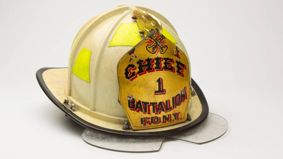 Capacete do chefe dos bombeiros do batalhão Engine 7, Joseph Pfeifer. O batalhão foi um dos primeiros a chegar ao local do atentado
