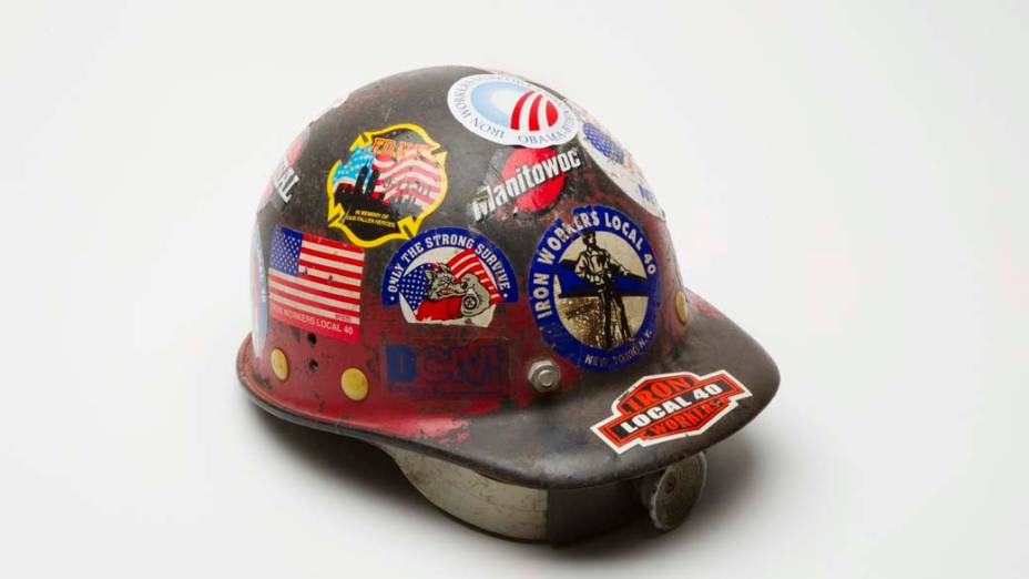 Capacete de construção pertencente a Larry Keating, que ajudou a supervisionar a remoção dos destroços do World Trade Center durante os nove meses de operação de limpeza após o atentado de 11 de setembro