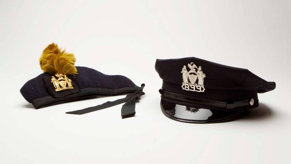 Chapéu de um policial e uma boina de banda marcial encontrados nos destroços do World Trade Center