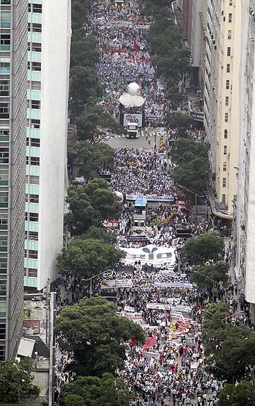 Vista aérea da caminhada em prol da defesa dos direitos do Estado do Rio de Janeiro na questão dos royalties do petróleo