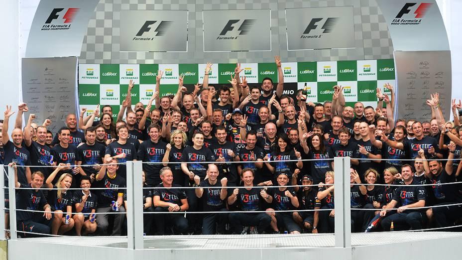 Vettel e equipe comemoram a vitória no GP do Brasil 2012, no Autódromo de Interlagos