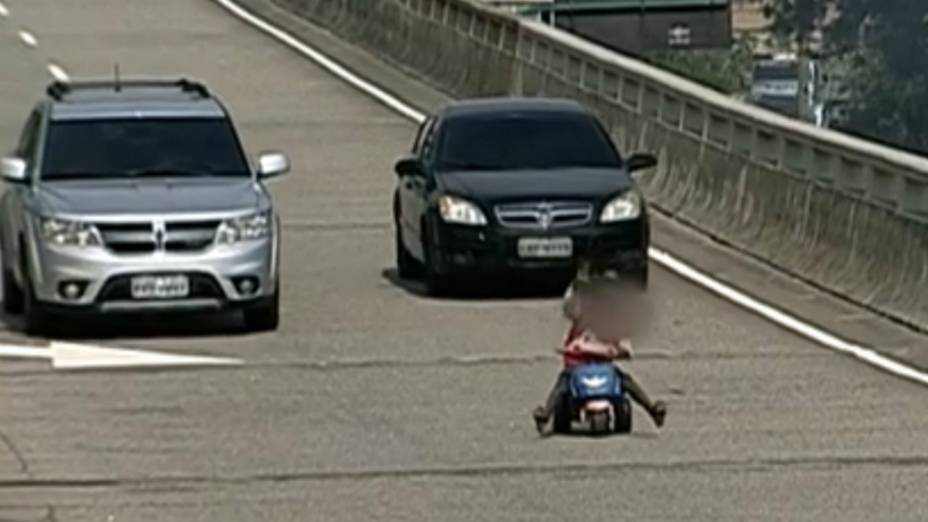 Menino desceu um viaduto sobre um velocípede no Centro do Rio na sexta-feira (20)