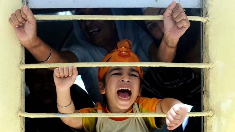 Na cidade indiana de Amritsar, peregrinos indianos embarcam em trem rumo ao Paquistão para as celebrações do 172º aniversário da morte de Maharaja Ranjit Singh