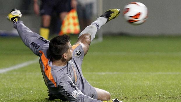 Victor defende pênalti com o pé e garante classificação do Atlético