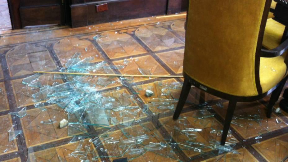 Manifestantes invadiram uma das salas da Alerj e foram reprimidos por policiais