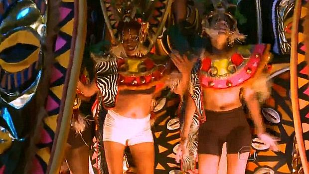 Membros da Vila Isabel desfilam com fantasias incompletas e têm que mostrar roupa íntima
