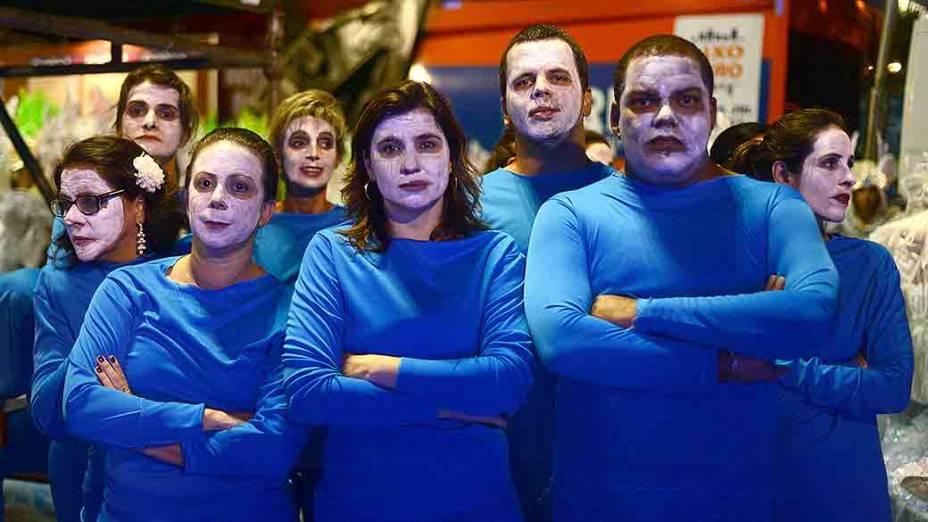 Com a falta de fantasias para mais de 70 composições, integrantes da escola de samba Vila Isabel desfilam de roupa azul na Marquês de Sapucaí