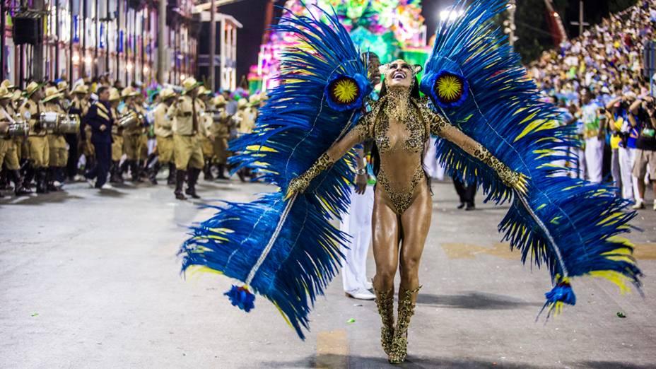 A rainha de bateria Sabrina Sato durante desfile da escola de samba Vila Isabel pelo grupo especial, na Marquês de Sapucaí no Rio de Janeiro (RJ), na madrugada desta terça-feira (04)