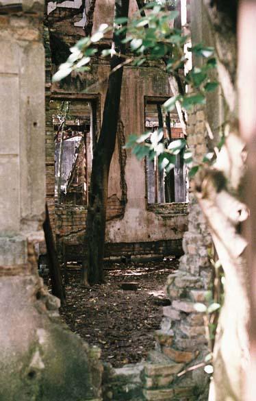 Os principais prédios abandonados da Vila Maria Zélia permanecem trancados e inacessíveis ao público
