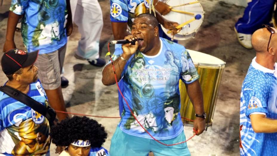 Puxador Tinga entoa o samba-enredo da Vila Isabel no ensaio técnico