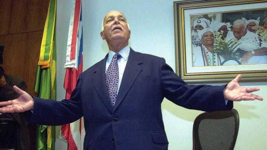 Antônio Carlos Magalhães durante entrevista coletiva sobre a leitura do relatório após reunião da comissão de ética do Senado