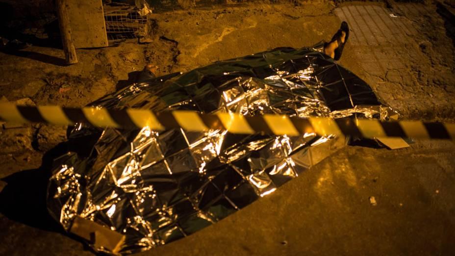 Corpo de um dos dois homens mortos em Grajaú, São Paulo