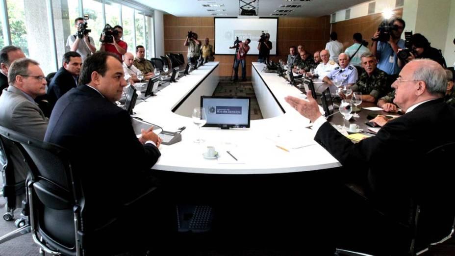 Ministro da Defesa, Nelson Jobim com o governador do Rio de Janeiro, Sérgio Cabral, em reunião com membros das Forças Armadas sobre a violência