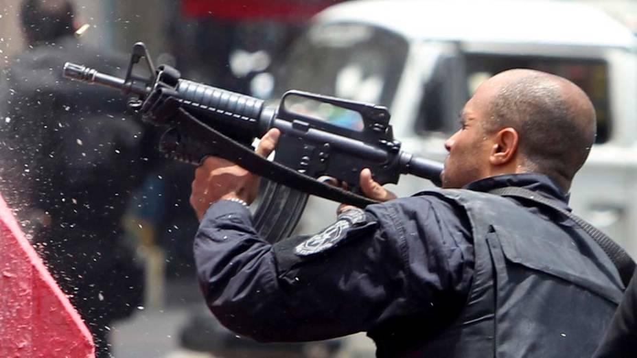 Na quinta-feira, dia 25 de novembro, policial na Vila Cruzeiro, Rio de Janeiro