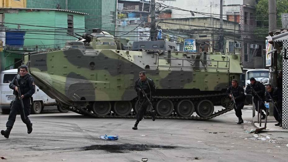 Na quinta-feira, dia 25 de novembro, PMs desembarcam de veículo blindado na favela Vila Cruzeiro, Rio de Janeiro