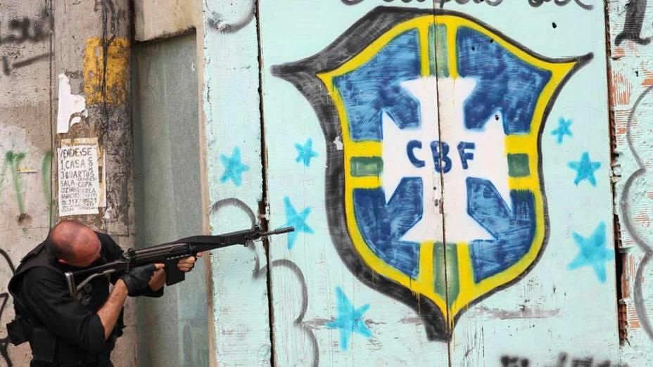 Na quinta-feira, dia 25 de novembro, policial na favela Vila Cruzeiro, Rio de Janeiro